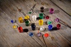 Χρώμα και βούρτσες στο ξύλινο υπόβαθρο Στοκ εικόνα με δικαίωμα ελεύθερης χρήσης
