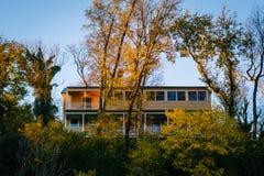 Χρώμα και σπίτι φθινοπώρου σε έναν λόφο στο πορθμείο Harpers, δυτική Βιρτζίνια Στοκ φωτογραφία με δικαίωμα ελεύθερης χρήσης
