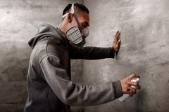 Χρώμα καλλιτεχνών γκράφιτι που φορά τη μάσκα αναπνευστικών συσκευών Στοκ Εικόνες