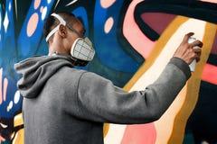Χρώμα καλλιτεχνών γκράφιτι στον τοίχο στοκ εικόνα