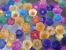 Χρώμα κεριών στην ελαφριά αντανάκλαση βουδισμού του Βούδα νερού Στοκ φωτογραφία με δικαίωμα ελεύθερης χρήσης