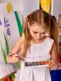 Χρώμα κοριτσιών παιδιών easel στοκ εικόνα