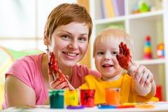 Χρώμα μητέρων και παιδιών μαζί στο σπίτι Στοκ εικόνα με δικαίωμα ελεύθερης χρήσης