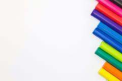 Χρώμα ουράνιων τόξων των ραβδιών αργίλου τέχνης στη δεξιά πλευρά του άσπρου υποβάθρου Στοκ Φωτογραφίες