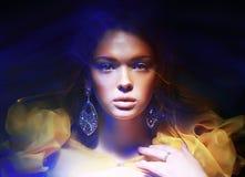 Χρώμα. Πορτρέτο της καθιερώνουσας τη μόδα γυναίκας στα μαλακά φανταστικά φω'τα στοκ φωτογραφία