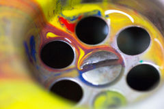 Χρώμα που ρέει κάτω από τον αγωγό νεροχυτών ως δημιουργικότητα, καινοτομία, ι Στοκ Φωτογραφία