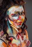 Χρώμα στο πρόσωπο ενός νέου κοριτσιού στοκ φωτογραφία