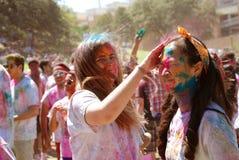 Χρώμα συντριβής σε ένα φεστιβάλ ανοίξεων φίλων Στοκ φωτογραφία με δικαίωμα ελεύθερης χρήσης
