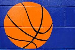 Χρώμα σφαιρών καλαθοσφαίρισης στον μπλε τοίχο Στοκ φωτογραφίες με δικαίωμα ελεύθερης χρήσης