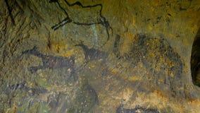 Χρώμα του ανθρώπινου κυνηγιού των deers, του μαμούθ και του ταράνδου Ιστορική μαύρη αφηρημένη τέχνη άνθρακα στη σπηλιά ψαμμίτη στ φιλμ μικρού μήκους