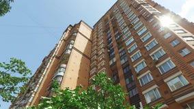 Χρώμα τούβλου πολυκατοικίας στην πόλη στο καλοκαίρι απόθεμα βίντεο