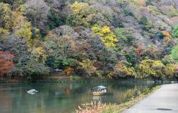 Χρώμα φθινοπώρου του βουνού Asashiyama και του ποταμού Oigawa στο Κιότο, J Στοκ Φωτογραφία
