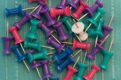 Χρώμα Pushpins στο κιρκίρι Στοκ φωτογραφία με δικαίωμα ελεύθερης χρήσης