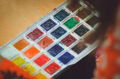 Χρώμα Watercolor για τη ζωγραφική, κινηματογράφηση σε πρώτο πλάνο στοκ φωτογραφίες