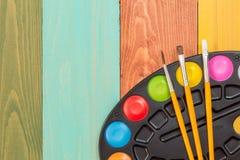 Χρώμα Watercolor και τρεις βούρτσες Στοκ Εικόνες