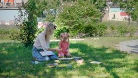 Χρώμα Watercolor του μικρού κοριτσιού και του δασκάλου της απόθεμα βίντεο