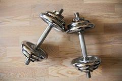 Χρώμιο dumbells στοκ εικόνα με δικαίωμα ελεύθερης χρήσης