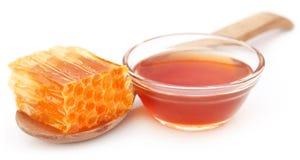 Χτένα μελιού με το μέλι σε ένα κύπελλο γυαλιού στοκ εικόνα