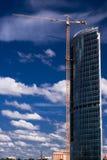 χτίζει το γερανό εμπορικώ&nu Στοκ εικόνες με δικαίωμα ελεύθερης χρήσης