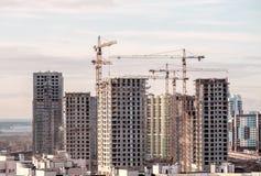 Χτίζοντας γερανός και κτήρια κάτω από την οικοδόμηση Στοκ φωτογραφίες με δικαίωμα ελεύθερης χρήσης