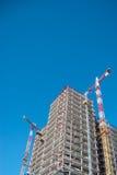 Χτίζοντας γερανός και οικοδόμηση κάτω από την κατασκευή Στοκ φωτογραφία με δικαίωμα ελεύθερης χρήσης