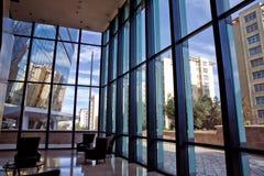 Χτίζοντας γυαλί άποψη παραθύρων του κτηρίου Κενό δωμάτιο γραφείων στο σύγχρονο κτήριο με το φως του ήλιου Στοκ φωτογραφία με δικαίωμα ελεύθερης χρήσης