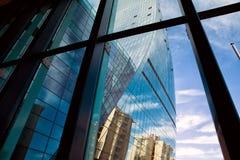 Χτίζοντας γυαλί Εσωτερικό, σύγχρονο παράθυρο κτιρίου γραφείων που ανοίγουν το πρωί στοκ εικόνα