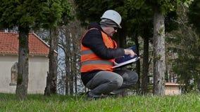 Χτίζοντας επιθεωρητής με την ταινία μέτρου κοντά στο δέντρο φιλμ μικρού μήκους