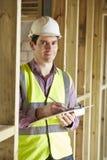 Χτίζοντας επιθεωρητής που εξετάζει τη νέα ιδιοκτησία Στοκ Εικόνες