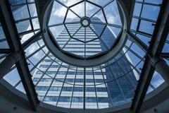 χτίζοντας επιχειρησιακός υψηλός σύγχρονος ουρανοξύστης στοκ εικόνες