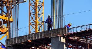 Χτίζοντας εργοτάξιο οικοδομής και εργαζόμενος Στοκ φωτογραφία με δικαίωμα ελεύθερης χρήσης