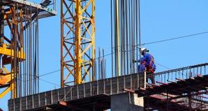 Χτίζοντας εργοτάξιο οικοδομής και εργαζόμενος Στοκ εικόνα με δικαίωμα ελεύθερης χρήσης