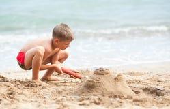 Χτίζοντας κάστρο άμμου Στοκ Φωτογραφίες
