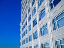 Χτίζοντας μεταλλουργική ξύστρα μπλε ουρανού παραθύρων Στοκ Εικόνες