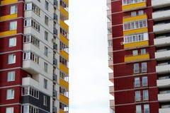 Χτίζοντας με μια πρόσοψη γυαλιού, αντανακλάσεις στο γυαλί Στοκ Φωτογραφία