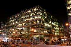 χτίζοντας πολυόροφο κτίριο Στοκ φωτογραφίες με δικαίωμα ελεύθερης χρήσης