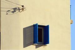 χτίζοντας προσόψεων παραθύρων ηλεκτρικής ενέργειας μπλε ουρανός τοίχων καλωδίων άσπρος στοκ φωτογραφία με δικαίωμα ελεύθερης χρήσης