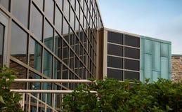 χτίζοντας σύγχρονο γραφείο γυαλιού Στοκ φωτογραφία με δικαίωμα ελεύθερης χρήσης
