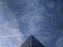 Χτίζοντας την κορυφή με τα αεροπλάνα ανωτέρω στοκ εικόνες με δικαίωμα ελεύθερης χρήσης