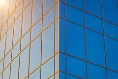 χτίζοντας την πρόσοψη σύγχρ&o Στοκ Εικόνες
