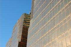 χτίζοντας χρυσό παράθυρο επιχειρησιακού γυαλιού στοκ εικόνες