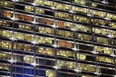 χτίζοντας Windows γραφείων νύχτα&si Στοκ εικόνα με δικαίωμα ελεύθερης χρήσης