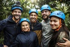 Χτίσιμο ομάδας υπαίθριο στο δάσος στοκ εικόνα