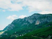 χτίστε μέσα στο βράχο του Μαυροβουνίου μοναστηριών ostrog Το μοναδικό μοναστήρι στο βράχο Στοκ Φωτογραφίες