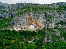 χτίστε μέσα στο βράχο του Μαυροβουνίου μοναστηριών ostrog Το μοναδικό μοναστήρι στο βράχο Στοκ φωτογραφίες με δικαίωμα ελεύθερης χρήσης