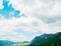 χτίστε μέσα στο βράχο του Μαυροβουνίου μοναστηριών ostrog Το μοναδικό μοναστήρι στο βράχο Στοκ φωτογραφία με δικαίωμα ελεύθερης χρήσης
