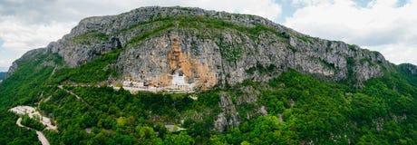 χτίστε μέσα στο βράχο του Μαυροβουνίου μοναστηριών ostrog Το μοναδικό μοναστήρι στο βράχο Στοκ Φωτογραφία