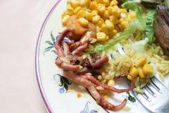 Χταπόδι σε ένα πιάτο με το ρύζι και το καλαμπόκι Στοκ Εικόνες