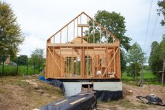 Χτισμένο ραβδί σπίτι κάτω από την κατασκευή στοκ εικόνες με δικαίωμα ελεύθερης χρήσης
