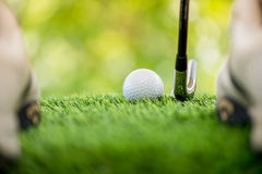 Χτυπήστε τη σφαίρα γκολφ στοκ φωτογραφίες